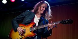 Robben Ford interpreta a canção STAR IT UP.