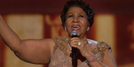 "A cantora Aretha Franklin interpretou de forma magistral a canção composta por Burt Bacharach ""Walk On By ""."