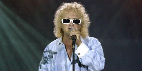 MICHEL POLNAREFF CANTA  'LOVE ME PLEASE LOVE ME'.